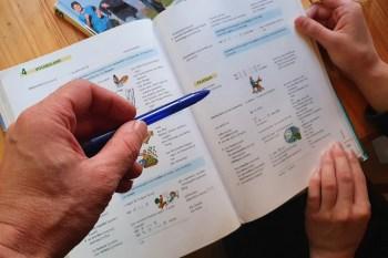 Weil durch die staatlichen Corona-bedingten Einschränkungen kein Sportbetrieb möglich ist, bietet die SG Oleftal jetzt Hausaufgabenhilfe an. Bild: Tameer Gunnar Eden/Eifeler Presse Agentur/epa