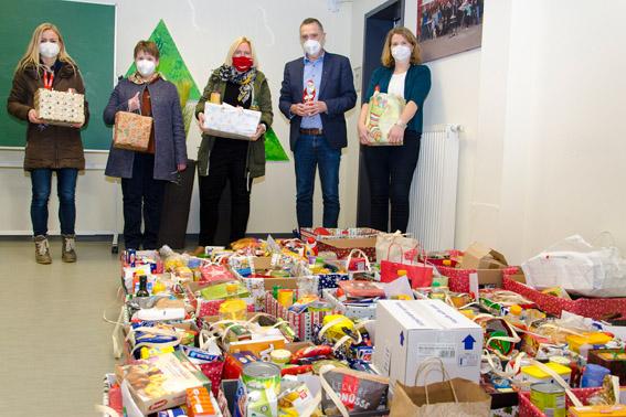 Schülerinnen und Schüler der Clara-Fey-Schule haben zahlreiche Hilfspakete für die Caritas Eifel gesammelt, die jetzt an bedürtftige Menschen verteilt werden. Bild: Arndt Krömer