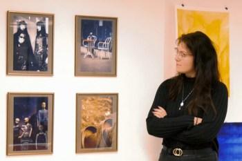 Kunst und Künstlerin hinter Schaufensterglas: Der Kleine Kunstraum gibt auch in Coronazeiten nicht auf. Bild: Anne Bergmann