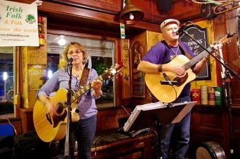 Petra Sprenger und Hubert Jost schenken den Zuhörern im Lockdown ein Irish-Folk-Online-Konzert. Foto: Ute Jost