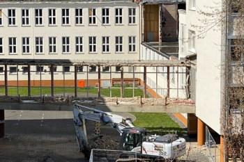Für viele Schüler und Lehrer stellt der gläserne Verbindungsgang eine bleibende Erinnerung dar. Bild: Kerstin Wielspütz / Stadt Schleiden