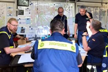 In der THW-Einsatz-Zentrale in Euskirchen laufen die Fäden zusammen. Fast minütlich wird das THW für irgendeine schwere Arbeit angefordert. Bild: Jessica Sybertz/THW