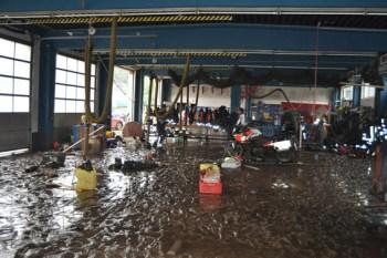 Als sich das Hochwasser verzogen hatte, blieb in der Fahrzeughalle der Feuerwehr eine dicke Schlammschicht auf Bekleidung, Gerät und dem Hallenboden zurück. Foto: Reiner Züll