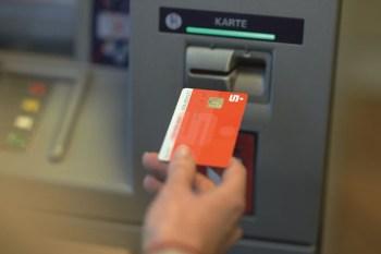 Der Geldautomat der VR-Bank Nordeifel am Marienplatz steht ab 27. Juli auch Kunden der KSK Euskirchen zur gebührenfreien Geldabhebung zur Verfügung. Foto: VR-Bank Nordeifel