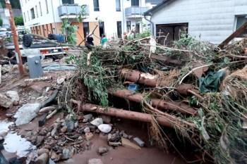 Ein chaotisches Bild bot sich nahe der Lebenshilfe in der Hindenburgstraße, wo keines der Häuser verschont geblieben war. Foto: Reiner Züll