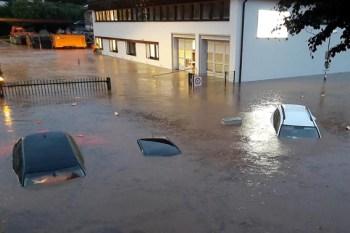 Am Mittwochabend stieg und stieg das Wasser unaufhaltsam und ließ Autos und die Gebäude der e-regio (Hintergrund) versinken. Das Hochwasser stieg am Ende auf eine Höhe von zwei Metern. Foto: Reiner Züll