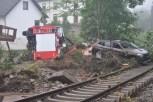Ein Löschfahrzeug der Feuerwehr aus Wahlen fiel selbst der starken Flut zum Opfer. Die Besatzung konnte sich gottlob noch in Sicherheit bringen. Foto: Reiner Zül