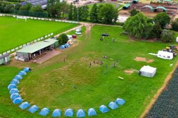 Zelte vor der Flut Mitten auf dem Ponyhof hatten die Kinder ihr Camp aufgeschlagen, um zehn Tage lang an einem Musikfilm zu arbeiten. Bild: Rudi Kurth