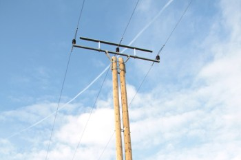 Die Netzbetreiber sind gerade mit allen verfügbaren Mitarbeiterinnen und Mitarbeitern im Einsatz, um das Stromnetz wieder flächendeckend herzustellen. Symbolbild: Michael Thalken/Eifeler Presse Agentur/epa