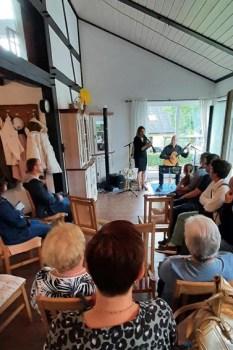 In gemütlicher Wohnzimmer-Athmosphäre spielten Wilhelm Geschwind und Susanne Riemer für Flutopfer in Golbach auf. Foto: Reiner Züll