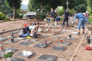 Bei der ersten Aufräumaktion am 1. August 2021 halfen viele dabei, den Friedhof wieder in einen würdigen Ort der Trauer und Begegnung zu verwandeln. Bild: Petra Hilgers/Stadt Schleiden