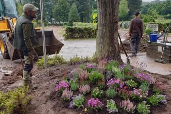 In der zweiten Phase wurden am 28. August die Beete im Eingangsbereich des Friedhofs wieder instandgesetzt. Bild: Petra Hilgers/Stadt Schleiden