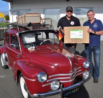 Eine Spende von 500 Euro für die Hilfsgruppe Eifel übergab der Vorsitzende des Roggendorfer Renault-Oldtimer-Club, Jörn Hück, an Ralf Heistert. Foto: Reiner Züll