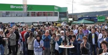 Etwa 300 Besucher erlebten auf dem Areal des Möbelhauses Brucker ein ansprechendes Benefiz-Konzert zugunsten des Flutopfer-Projektes der Hilfsgruppe Eifel. Foto. Reiner Züll