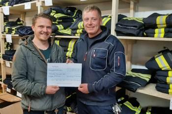 Eine Spende in  Höhe von 1500 Euro übergab Simon Ott (links) aus Freiburg an den Kaller Löschzugführer Daniel Rütz. Foto: Reiner Züll