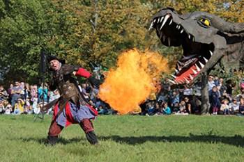 """Der feuerspeiende Drache """"Fangdorn"""" soll beim Drachenfest im Seepark Zülpich für eine spektakuläre Show sorgen. Foto: Seepark Zülpich"""