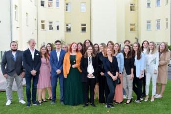 Stolz pröäsentierten sich die Absolventinnen und Absolventen der Pflegeschule der Kamera. Bild: : Jennifer Grundtner/ Kreiskrankenhaus Mechernich GmbH