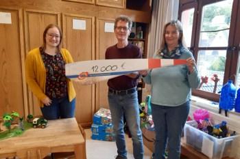 Anna Ehrenbrink (v.l.) UKA, Volker Haas Koordinator DKSB BaM und Sabine Bordihn, Leiterin der KITA Magische 12, bei der Übergabe des Schecks. Bild: Haas/DKSB