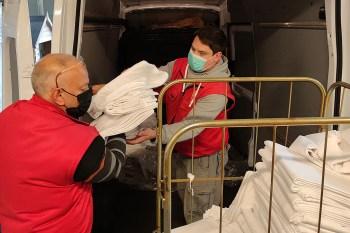Mitarbeiter des Caritas-Möbellagers verladen die vom Welcome Parkhotel Euskirchen gespendete Wäsche. Foto: Carsten Düppengießer