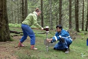 In den Wochen bevor die Fichten am Wüstebach entnommen werden, untersuchen die Wissenschaftler des TERENO-Projektes durch zahlreiche Proben den Boden. Bild: Forschungszentrum Jülich