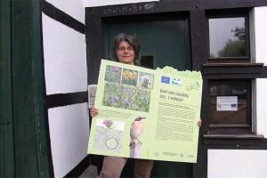 Projektmitarbeiterin Marita Müller-Ahrens präsentierte die neuen Infotafeln. Bild: Biologische Station