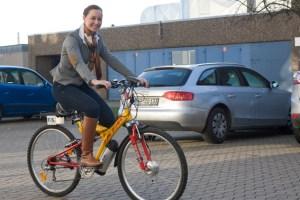 """Julia Köhnen vom Euskirchener Sonnenstromspezialisten """"F&S solar"""" drehte eine Runde auf dem E-Bike, das Realschüler auf elektrischen Antrieb umgerüstet hatten. Bild: Tameer Gunnar Eden/Eifeler Presse Agentur/epa"""