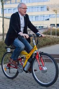 Mit voller Fahrt in eine elektromobile Zukunft startete Schulleiter Willy Krause mit dem E-Bike-Projekt an der Realschule Mechernich. Bild: Tameer Gunnar Eden/Eifeler Presse Agentur/epa