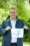 "Das kommunenübergreifende Projekt ""Eifel präventiv"" heißt künftig ""Eifel vital"": Projektmanager Sven Zürneck präsentiert das neue Logo. Bild: Tameer Gunnar Eden/Eifeler Presse Agentur/epa"