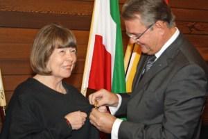 Landrat Günter Rosenke überreichte Elke Andersen im Auftrag von Bundespräsident Joachim Gauck das Bundesverdienstkreuz. BIld: Walter Thomaßen/Kreispressestelle