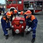 Um den Rücken zu schonen, müssen die Jugendlichen vor allem lernen, schwere Dinge richtig und gemeinsam zu tragen. Bild: Feuerwehr Kall