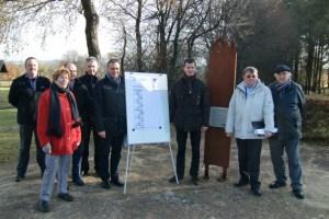 Bürgermeister Rudolf Westerburg (Mitte links) und Naturpark-Geschäftsführer Jan Lembach (Mitte rechts) stellten die Pläne zum Neubau des Aussichtsturms vor. Bild: Naturpark Nordeifel