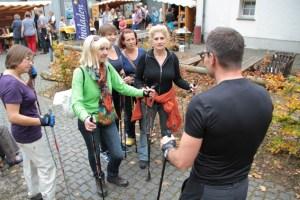 Nach einer kurzen Einführung ging es für diese Damen auf den Nordic-Walking-Parcours rund um Nettersheim. Bild: Michael Thalken/Eifeler Presse Agentur/epa