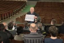 Vogelsang-Historiker Klaus Ring erklärte gemeinsam mit Referent Luc Bruyland an die 600 Besucher die Gerschichte des Vogelsang-Kinos. Bild: Michael Thalken/Eifeler Presse Agentur/epa