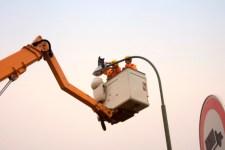 Bis Ende April sollen alle 444 LED-Leuchten in Blankenheim montiert sein und so künftig 160 000 Kilowattstunden Strom einsparen. Bild: Tameer Gunnar Eden/Eifeler Presse Agentur/epa