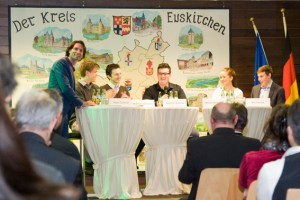Sebastian Tittelbach (links) diskutierte unter anderem mit Schülern zum Thema Bildungsperspektiven. Bild: Tameer Gunnar Eden/Eifeler Presse Agentur/epa
