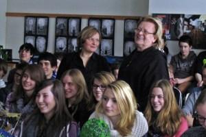 Aktionskünstler HA Schult hier mit Kunstlehrerin Malgorzata Chyrzynska besuchte das Hermann-Josef-Kolleg. Bild: HJK