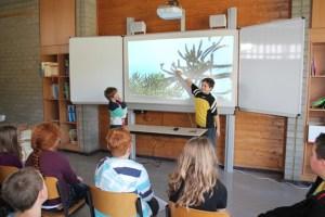 Besonderen Spaß haben die Kinder beim Unterricht an der interaktiven Schultafel, dem so genannten Smartboard. Bild: GS