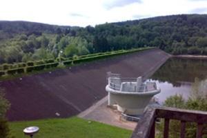 Der Staudamm am Kronenburger See muss saniert werden. Derzeit wird ein alternatives Verfahren geprüft, dass die Entleerung des Stausees zur Hauptsaison verhindern würde. Bild: Gemeinde Dahlem