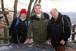 Kabarettist Ludger Stratmann und Moderatorin Sabine Heinrich waren begeistert von vielseitigen Landschaft des Nationalpark Eifel. Hier mit Michael Lammertz von der Nationalparkverwaltung am Landschaftsmodell am Aussichtspunkt Hirschley im barrierefreien Naturerlebnisraum Wilder Kermeter. Bild: Hesse/WDR