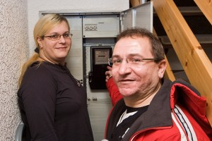 Anne Selmer (l.) freut sich über den geringen Stromverbrauch durch den Stromsparcheck von Mario Ramos (r.), Caritas Euskirchen. Bild: Tameer Gunnar Eden/Eifeler Presse Agentur/epa