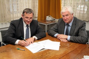 Bürgermeister Herbert Radermacher (rechts) und KEV-Geschäftsführer Helmut Klaßen unterzeichneten den Konzessionsvertrag für die nächsten 20 Jahre. Bild: Michael Thalken/Eifeler Presse Agentur/epa