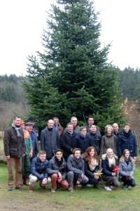 Bevor der Baum gefällt wurde, stellten sich die Partner der Weihnachtsbaumaktion zu einem Gruppenbild auf. Bild: Naturpark Nordeifel