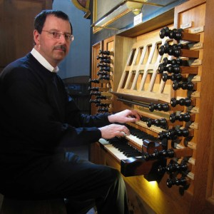 Organist Andreas Warler geleitet mit Orgelklängen ins neue Jahr. Bild: Warler