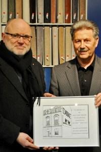"""Als kleines """"Dankeschön"""" überreichte Bernhard Becker (links) Hubert Hamacher eine in der Wohnungslosenhilfe gefertigte Zeichnung des Caritas-Hauses in der Kommerner Straße 21. Bild: Carsten Düppengießer"""