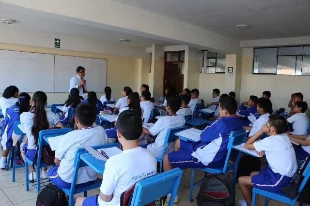 profesor con alumnos