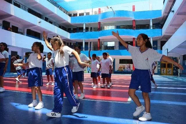 niñas bailando en patio colegio