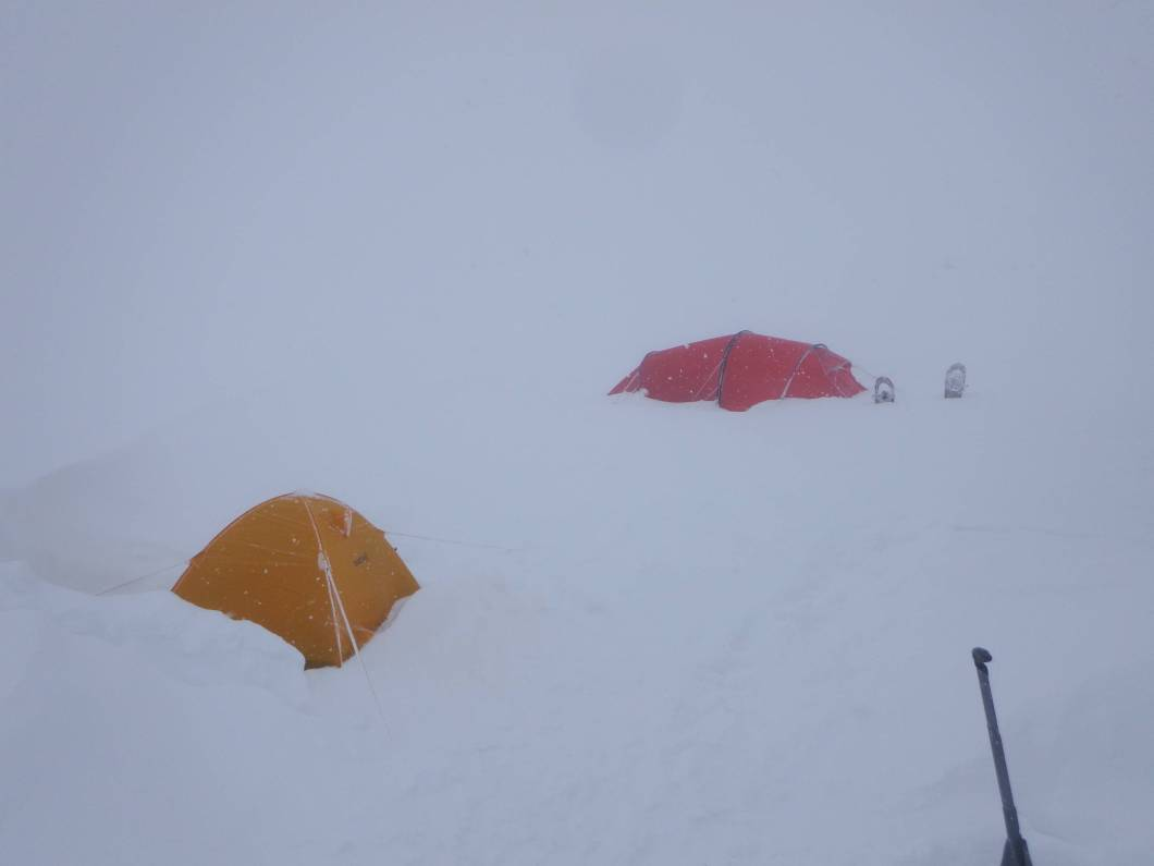 講師紹介・2つのテント、吹雪いている十勝岳 - 函館英会話教室EigoLa
