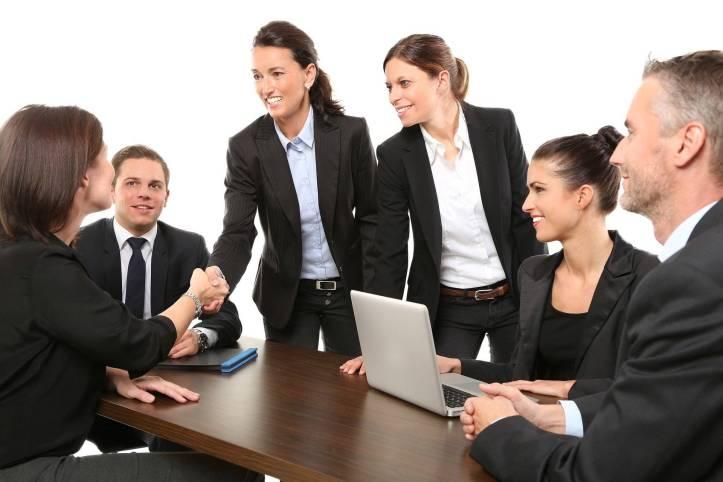 取引成功、女性が女性に握手している、男性2人がそれを見て笑顔、みんな喜んでいる - 函館英会話教室EigoLa - レッスン情報