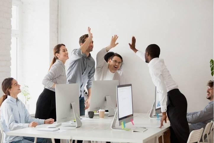 会社の社員がハイタッチしている、何かがうまく行ったみたい。みんな笑顔 - 函館英会話教室EigoLa - レッスン情報