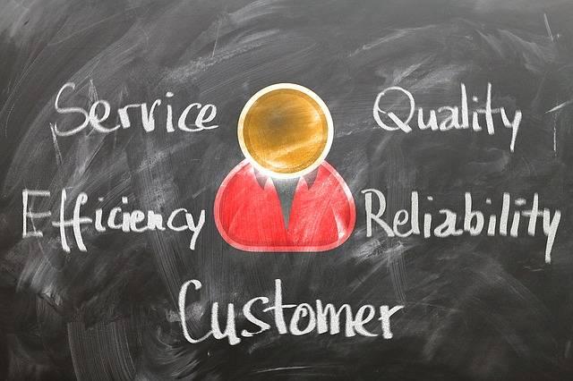 ビジネス英語-アフターケアカスタマーサービス勉強内容-黒板にService, Quality, Efficiency, Reliability, Customerが書かれている-函館英会話教室EigoLa